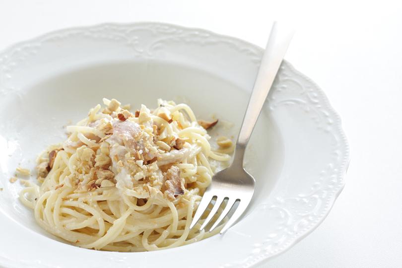 Spaghetti cremosi con noci e pancetta