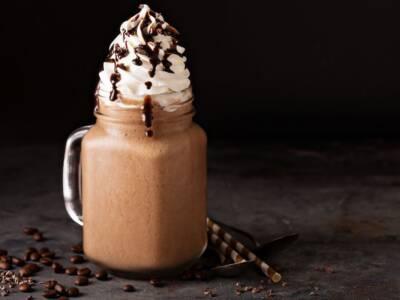 Come fare il frappuccino: la ricetta per il frappè americano dolce e con tanta panna