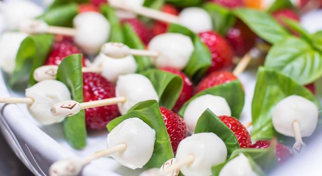 Ricetta salva tempo: spiedini di mozzarella e fragole