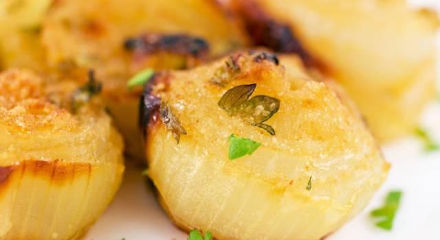 Zero voglia di cucinare? Allora dovete provare la ricetta delle cipolle al forno!