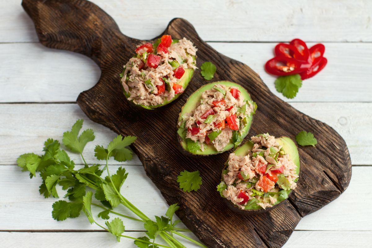 Avocado in insalata con tonno e peperoni