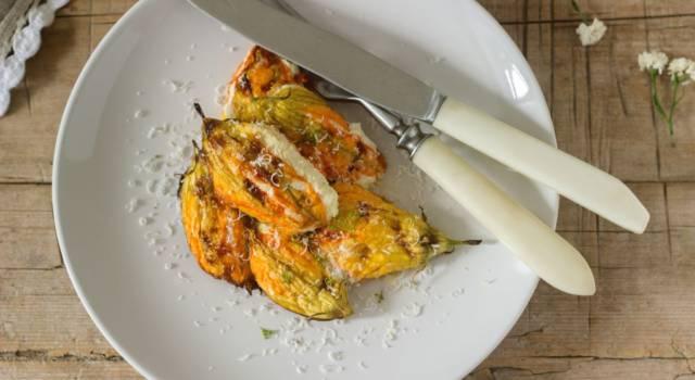 Sfiziosi fiori di zucca al forno ripieni di zucchine