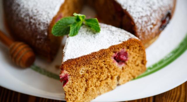 Torta alle fragole con miele millefiori e noci: un dessert goloso e leggero!