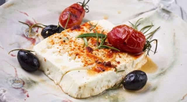 Feta al forno: con pomodori, cipolle e olive è perfetta!