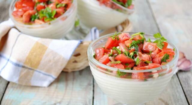 Bicchierini di mousse di bufala, rucola e pomodori per antipasti vegetariani