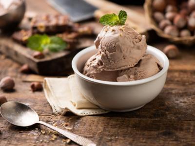 Gelato fatto in casa alla nocciola: la ricetta per prepararlo con gelatiera, Bimby o senza