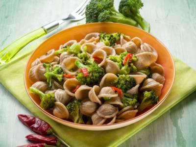 Orecchiette colorate con broccoli e cime di rapa