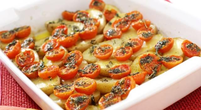 Pomodori e patate al forno gratinati: un contorno delizioso!