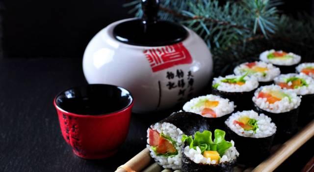 Sushi veg con avocado e verdurine crude: un piatto leggero e coloratissimo
