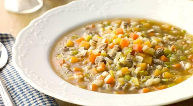 Zuppa di verza, zucca e orzo: una minestra autunnale e deliziosa