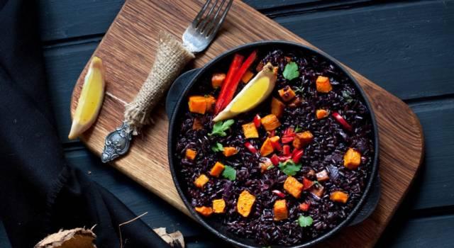 Padellata piccante di riso nero con bietole e barbabietole