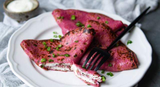 Crepes colorate alla barbabietola e farcite con formaggio