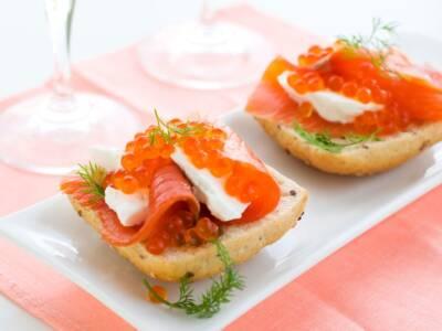 Deliziosi crostini al salmone con pane senza glutine alla quinoa
