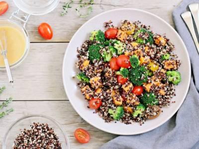 Quinoa tricolore con ceci, broccoli e pomodorini: un primo piatto senza glutine