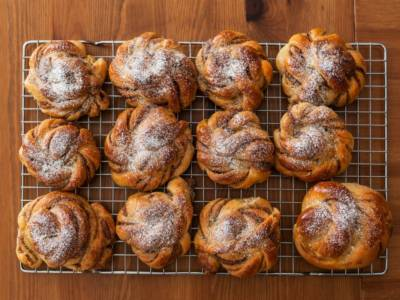 Provate i kanelbullar svedesi, rotolini dolci di pasta brioche e cannella