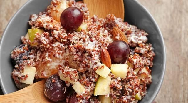 Quinoa rossa in insalata con uva e formaggio: l'avete mai provata? È 100% gluten free
