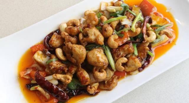 Delizioso pollo con friggitelli e anacardi dal sentore orientale
