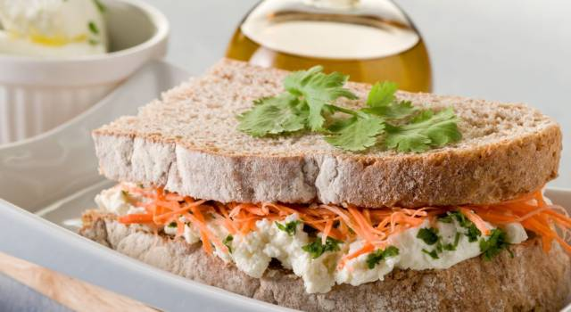 Tramezzino con carote, crema di tofu e tapenade di olive