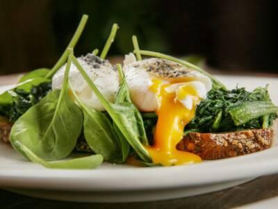 Uovo in camicia con purea di topinambur, spinaci e aneto