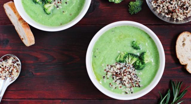 Deliziosa vellutata di broccoli con quinoa croccante
