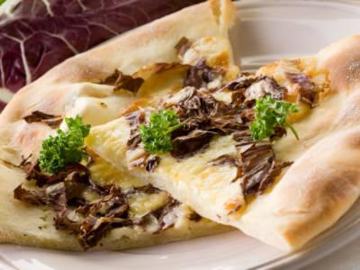Pizza vegana con radicchio e cipolla rossa di Tropea