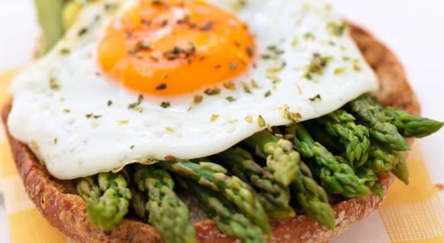 Bruschette senza glutine con asparagi e uova
