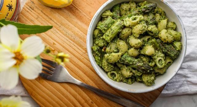 Questa pasta al pesto di asparagi è pronta in mezz'ora