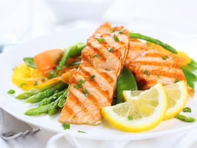 Filetto di salmone alla griglia: come farlo e con cosa abbinarlo