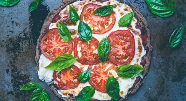 Avete mai sentito parlare della finta pizza di quinoa?  La ricetta senza glutine!