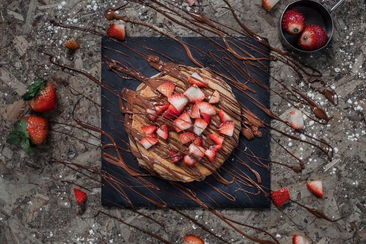 crostata di fragole e rabarbaro con cioccolato