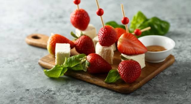 Spiedini di halloumi e… fragole: un antipasto (finger food) originale