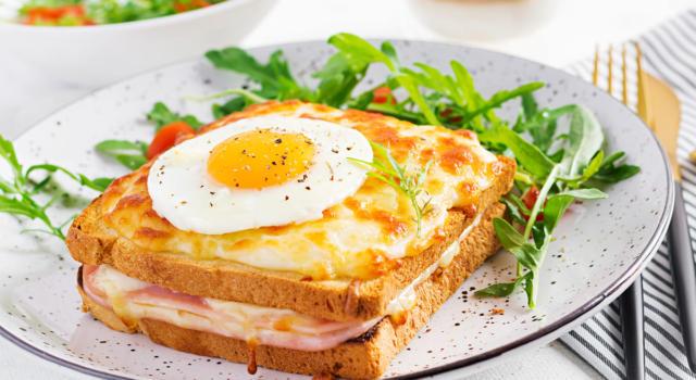 Croque madame: la ricetta francese del delizioso toast con uovo e formaggio!