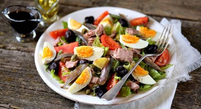 Insalata nizzarda: la ricetta francese per un piatto unico fresco e gustoso