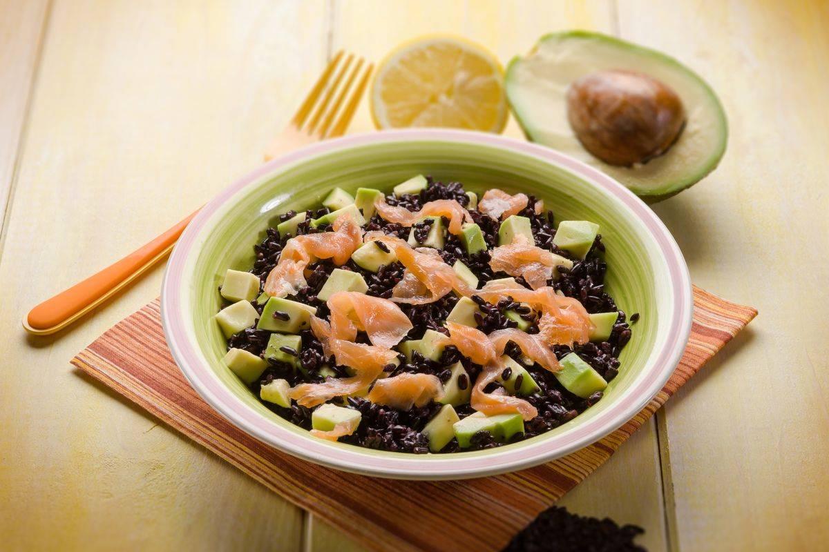 Insalata di riso venere avocado e salmone