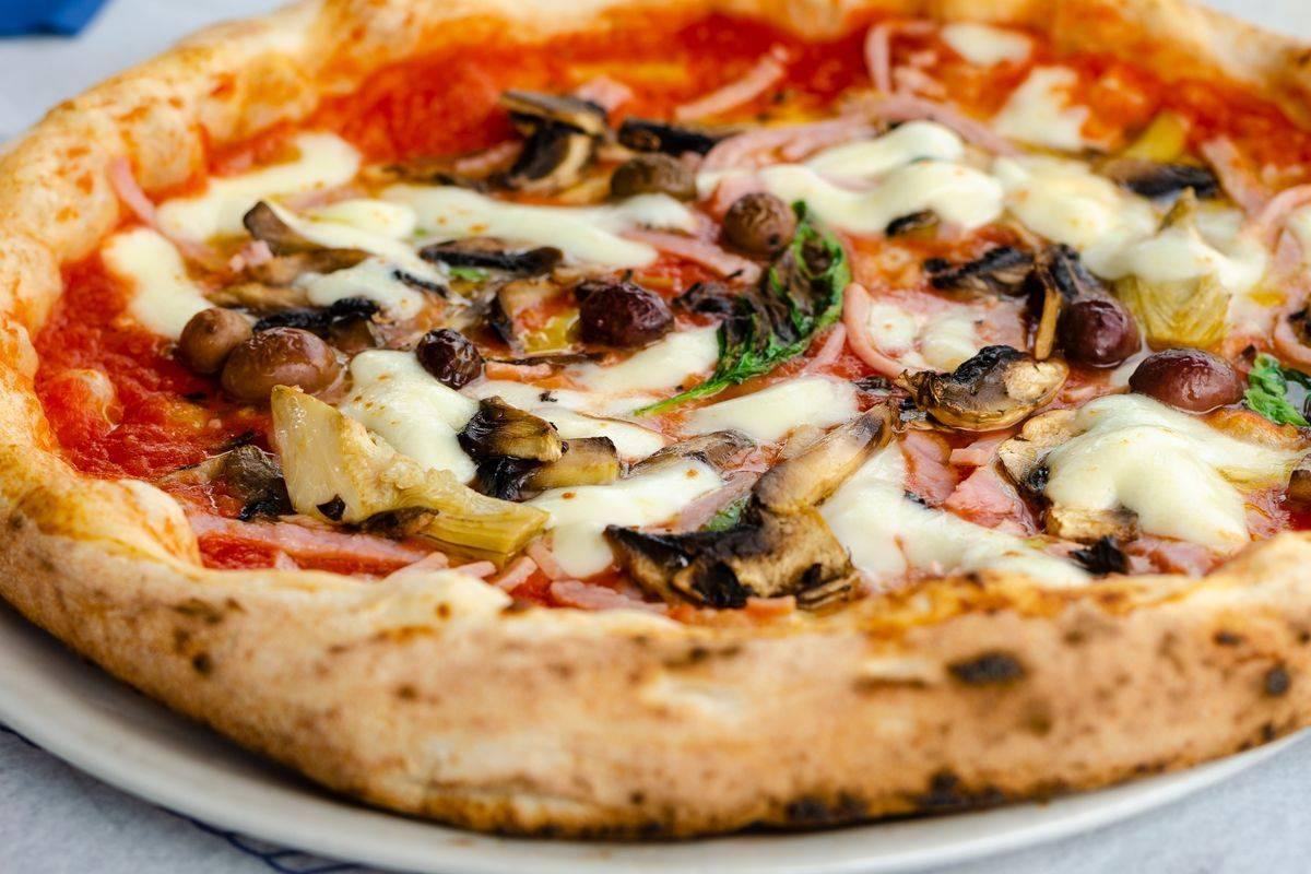 Ricetta Pizza Italiana.Come Si Fa La Pizza Capricciosa La Ricetta Della Pizza Fatta In Casa