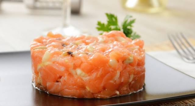 Come preparare una perfetta tartare di salmone: che delizia!