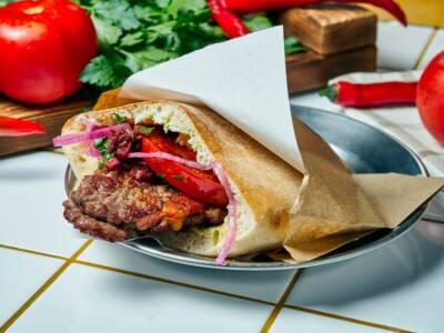 Pizza burger: una ricetta eccessiva, stravagante e golosa!