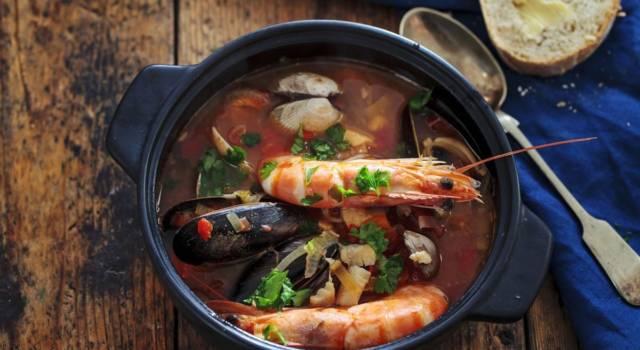 Cacciucco alla livornese: la zuppa di pesce toscana gustosa e profumata!