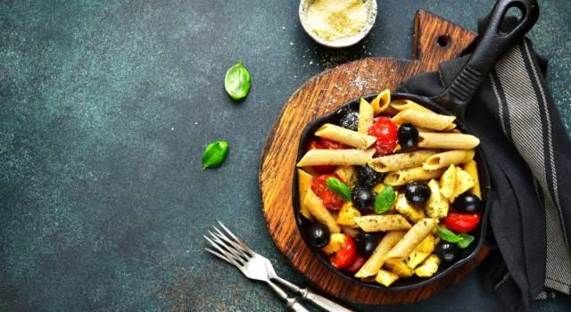Pasta fredda senza glutine con pomodorini, olive e mozzarella