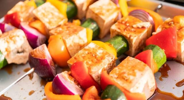 Spiedini di tofu: la ricetta veg facilissima e saporita