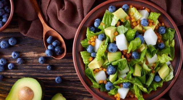 Insalata mista con mirtilli e mais: ideale come contorno o piatto unico