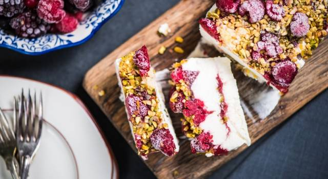 Semifreddo vegan con lamponi e pistacchio