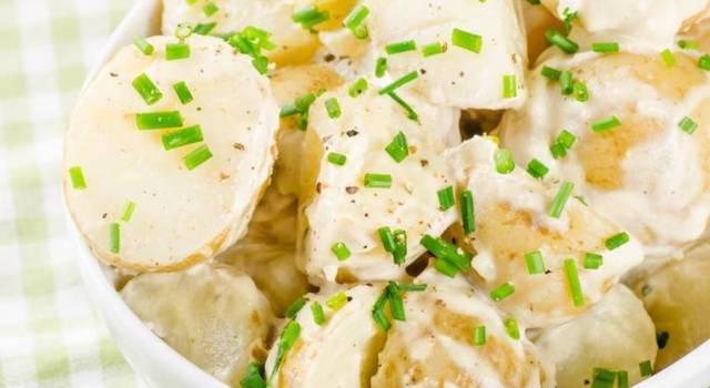 Ecco come fare l'insalata di patate, un contorno semplice e buonissimo