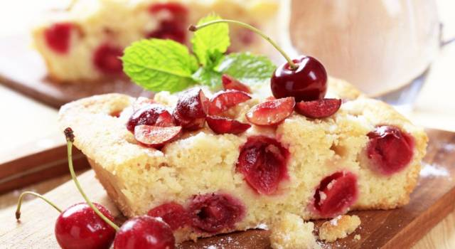 Torta di ciliegie senza glutine: colorata, estiva e golosissima