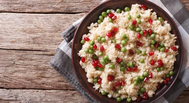 Sfizioso cous cous con piselli e chicchi di melagrana: la ricetta
