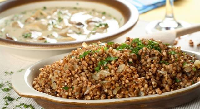 Insalata di amaranto e quinoa con cipolle ed erbette: la ricetta senza glutine