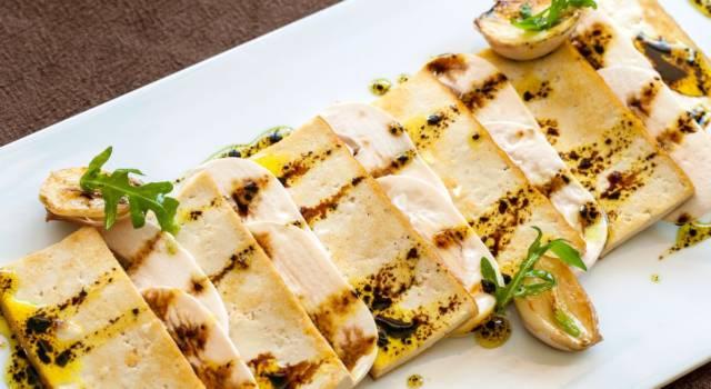Tofu marinato alla griglia con funghi: un piatto vegan buonissimo!