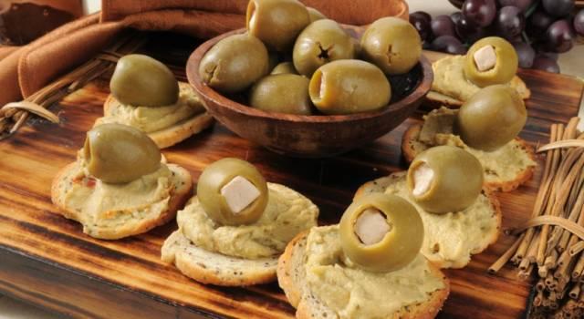 Crostini con hummus di ceci e olive: ideali per un aperitivo sfizioso!