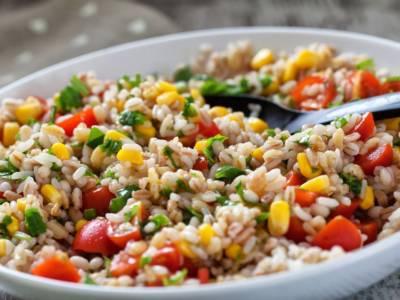 Insalata di farro con di verdure colorate: l'estate nel piatto!