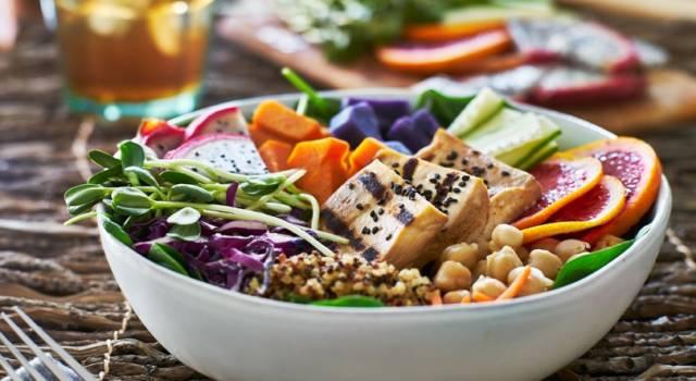 Piatto unico a base di insalata con ceci e tofu: leggero ma nutriente